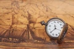Ρολόι τσεπών στο παλαιό υπόβαθρο χαρτών, εκλεκτής ποιότητας ύφος Στοκ εικόνες με δικαίωμα ελεύθερης χρήσης