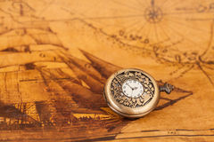 Ρολόι τσεπών στο παλαιό υπόβαθρο χαρτών, Στοκ Φωτογραφία