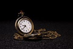 Ρολόι τσεπών στο σκοτεινό υπόβαθρο στοκ εικόνες