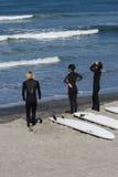 Ρολόι Surfers τα κύματα Στοκ Φωτογραφίες