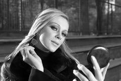 ρυθμίζοντας κορίτσι το makeup της Στοκ φωτογραφίες με δικαίωμα ελεύθερης χρήσης