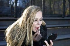 ρυθμίζοντας κορίτσι το makeup της Στοκ Φωτογραφία