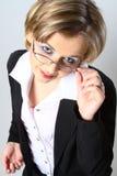 ρυθμίζοντας ξανθή γυναίκα επιχειρησιακών γυαλιών στοκ φωτογραφία