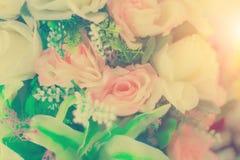 Ρυθμίσεις λουλουδιών - κρητιδογραφία ανθοδεσμών εορτασμού τριαντάφυλλων άνοιξη στοκ εικόνα με δικαίωμα ελεύθερης χρήσης