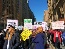 Ρυθμίστε τα πυροβόλα όπλα όπως το έλεγχο των γεννήσεων, Μάρτιος για τις ζωές μας, διαμαρτυρία, NYC, Νέα Υόρκη, ΗΠΑ στοκ φωτογραφία με δικαίωμα ελεύθερης χρήσης