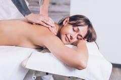 Ρυθμίστε την επεξεργασία η γυναίκα αισθάνεται αναγεννημένη μετά από το σουηδικό μασάζ στοκ εικόνα