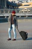 Ρυθμίστε τη διαβίωση στη νέα πόλη Ο ταξιδιώτης με τη βαλίτσα φθάνει αστικό υπόβαθρο σιδηροδρομικών σταθμών αερολιμένων Το Hipster στοκ φωτογραφία με δικαίωμα ελεύθερης χρήσης