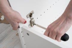 Ρυθμίστε τους βρόχους επίπλων χρησιμοποιώντας τις βίδες ρύθμισης Στο θηλυκό στοκ φωτογραφία με δικαίωμα ελεύθερης χρήσης