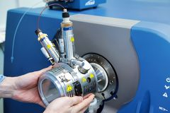 Ρυθμίστε το μαζικό φασματόμετρο Το άτομο αναλύει τη συσκευή για το de στοκ φωτογραφία