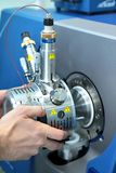 Ρυθμίστε το μαζικό φασματόμετρο Το άτομο αναλύει τη συσκευή για το de στοκ εικόνα