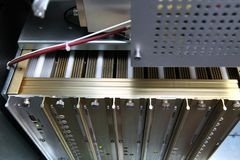 Ρυθμίστε το μαζικό φασματόμετρο Το άτομο αναλύει τη συσκευή για το de στοκ εικόνες με δικαίωμα ελεύθερης χρήσης