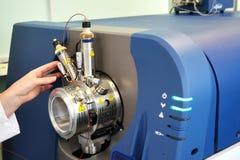 Ρυθμίστε το μαζικό φασματόμετρο Το άτομο αναλύει τη συσκευή για το de στοκ εικόνες