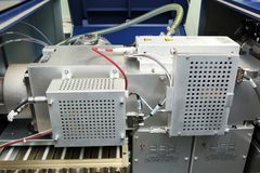 Ρυθμίστε το μαζικό φασματόμετρο Το άτομο αναλύει τη συσκευή για το de στοκ φωτογραφίες με δικαίωμα ελεύθερης χρήσης