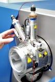 Ρυθμίστε το μαζικό φασματόμετρο Το άτομο αναλύει τη συσκευή για το de στοκ εικόνα με δικαίωμα ελεύθερης χρήσης