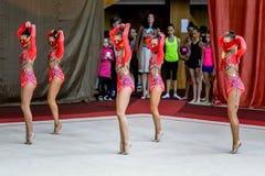 Ρυθμικές πράξεις γυμναστικής ομάδας με τις κορδέλλες Στοκ Εικόνα