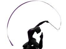Ρυθμική γυμναστική με τη σκιαγραφία γυναικών κορδελλών Στοκ Φωτογραφίες