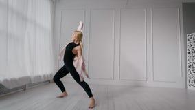 Ρυθμικός χορός του νέου αθλητικού κοριτσιού απόθεμα βίντεο