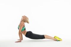 Ρυθμικός gymnast που κάνει την άσκηση στο στούντιο στοκ φωτογραφία με δικαίωμα ελεύθερης χρήσης