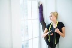 Ρυθμικός gymnast στο στούντιο στοκ εικόνες