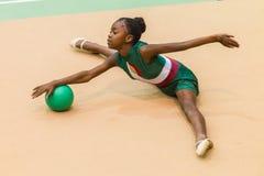 Ρυθμικό ύφος σφαιρών κοριτσιών γυμναστικής Στοκ Φωτογραφία