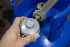 Ρυθμιστής για τον κύλινδρο αερίου προπάνιο-βουτανίου και εξαρτήματα σε ένα W στοκ εικόνες με δικαίωμα ελεύθερης χρήσης