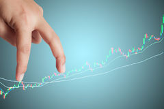 Ρυθμός επιχειρηματιών δάχτυλων στις γραφικές παραστάσεις χρηματιστηρίου Στοκ φωτογραφία με δικαίωμα ελεύθερης χρήσης