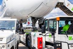 Ρυμουλκημένος επιβάτης αεροπλάνου αερολιμένας Στοκ Εικόνες