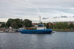 Ρυμουλκήσεις στο κανάλι λιμένων Στοκ εικόνα με δικαίωμα ελεύθερης χρήσης