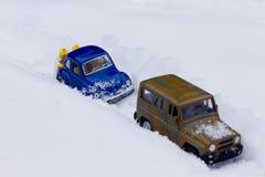 Ρυμουλκημένο αυτοκίνητο με τη ρυμούλκηση του σχοινιού και των ατόμων που ωθούν το αυτοκίνητο Στοκ Φωτογραφία