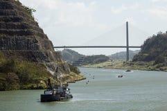 Ρυμουλκό ενός κρουαζιερόπλοιου που περνά το κανάλι του Παναμά κοντά στη γέφυρα στοκ εικόνες