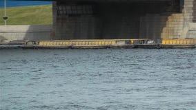 Ρυμουλκό ποταμών που τραβά τη φορτηγίδα κάτω από τη γέφυρα απόθεμα βίντεο
