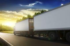 Ρυμουλκό φορτηγών στην εθνική οδό Στοκ εικόνα με δικαίωμα ελεύθερης χρήσης