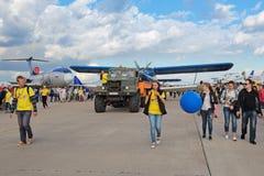Ρυμουλκώντας αεροσκάφη Στοκ Εικόνες