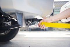 Ρυμουλκώντας αυτοκίνητο με τη ρυμούλκηση του σχοινιού Στοκ φωτογραφία με δικαίωμα ελεύθερης χρήσης