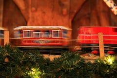 Ρυμουλκών ξύλινα δώρα ύφους παιχνιδιών κινητήρια εκλεκτής ποιότητας για τα Χριστούγεννα και το νέο podakri έτους storefront κάτω  στοκ εικόνες