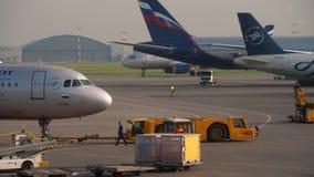 Ρυμούλκηση αεροπλάνων πριν από την αναχώρηση απόθεμα βίντεο
