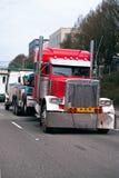Ρυμούλκηση του ημι ημι φορτηγού εγκαταστάσεων γεώτρησης φορτηγών σπασμένου ρυμούλκηση μεγάλου στην πόλη stre στοκ φωτογραφίες με δικαίωμα ελεύθερης χρήσης