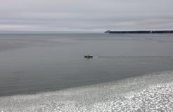 Ρυμούλκηση θάλασσας στη θάλασσα Okhotsk Στοκ Εικόνες