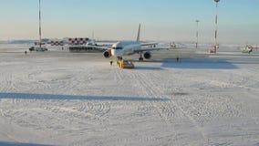 Ρυμούλκηση του αεροπλάνου να μετακινηθεί με ταξί kazan Ρωσία απόθεμα βίντεο