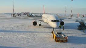 Ρυμούλκηση του αεροπλάνου στον αερολιμένα kazan Ρωσία απόθεμα βίντεο