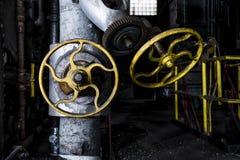 Ρυπαρές κίτρινες βαλβίδες - εγκαταλειμμένο εργοστάσιο - Νέα Υόρκη Στοκ Εικόνες