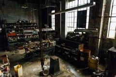 Ρυπαρό εκλεκτής ποιότητας κατάστημα μηχανών - εγκαταλειμμένο εργοστάσιο γυαλιού στοκ εικόνες