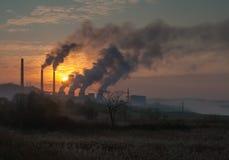 Ρυπογόνος αέρας σωλήνων εργοστασίων, περιβαλλοντικά προβλήματα Στοκ εικόνες με δικαίωμα ελεύθερης χρήσης