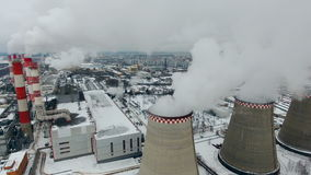 Ρυπογόνο εργοστάσιο σε έναν θλιβερό νεφελώδη καιρό Πυροβολισμός Copter απόθεμα βίντεο