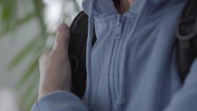 Ρυτιδωμένα όπλα που καθορίζουν το σακίδιο πλάτης στην πλάτη απόθεμα βίντεο