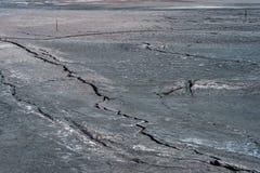 Ρωγμές στην επιφάνεια της στεριάς Στοκ Φωτογραφία