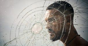 Ρωγμή άτομο φαλλοκρατών πίσω από το συντριμμένο γυαλί _ καταστροφή κλοπή δοκιμής συντριβής συναισθηματική απαλλαγή τρύπα από σφαί στοκ εικόνα με δικαίωμα ελεύθερης χρήσης