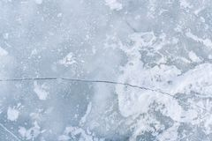Ρωγμή στην επιφάνεια πάγου του ποταμού Στοκ φωτογραφία με δικαίωμα ελεύθερης χρήσης