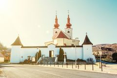 Ρωμαίος - καθολική εκκλησία στο χωριό Divin, κίτρινες ακτίνες ήλιων Στοκ Εικόνες