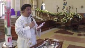 Ρωμαίος - καθολικός παπάς που λέει homily μπροστά από το βωμό εκκλησιών κατά τη διάρκεια των ιεροτελεστιών βαπτίσματος φιλμ μικρού μήκους